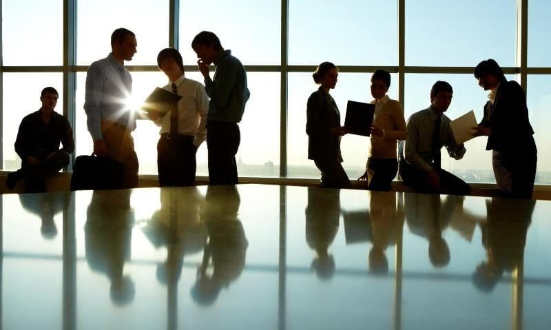 8ον. Οι επιχειρήσεις που έχουν έδρα σε Περιφερειακή Ενότητα που εντάσσεται στο επίπεδο «Αυξημένου Κινδύνου» για τουλάχιστον 14 ημέρες εντός του μηνός και πλήττονται σημαντικά σύμφωνα με τη διευρυμένη λίστα ΚΑΔ Απριλίου, δικαιούνται υποχρεωτική μείωση ενοικίου κατά 40% στα επαγγελματικά τους ακίνητα. Το ίδιο ισχύει και για την κύρια κατοικία των εργαζομένων που τίθενται σε αναστολή σύμβασης εργασίας, αλλά και για τη φοιτητική κατοικία των τέκνων τους, ανά την επικράτεια. Για τις επιχειρήσεις που εντάσσονται στο επίπεδο «Επιτήρησης», ισχύει η προαιρετική μείωση ενοικίου, σύμφωνα με τη διευρυμένη λίστα ΚΑΔ. Για τους ιδιοκτήτες που εκμισθώνουν ακίνητα στις επιχειρήσεις αυτές και τους ανωτέρω εργαζόμενους, συμψηφίζεται το 1/3 της ζημίας τους με τις φορολογικές τους υποχρεώσεις. 9ον. Χορηγείται Επιστρεπτέα Προκαταβολή 4 και Επιστρεπτέα Προκαταβολή 5. Η Επιστρεπτέα Προκαταβολή 4 θα χορηγηθεί, ενισχυμένη, τον μήνα Νοέμβριο, με βάση την πτώση τζίρου Σεπτεμβρίου – Οκτωβρίου. Επιπλέον, θα χορηγηθεί 5η Επιστρεπτέα Προκαταβολή τον μήνα Δεκέμβριο, με βάση την πτώση τζίρου και του Νοεμβρίου. Και στις 2 καινούργιες Επιστρεπτέες Προκαταβολές, το 50% της κάθε ενίσχυσης δεν επιστρέφεται. Δικαίωμα συμμετοχής έχουν πλέον όλες οι ατομικές επιχειρήσεις, ανεξαρτήτως εάν απασχολούν εργαζομένους ή έχουν ταμειακή μηχανή, υπό την προϋπόθεση ότι παρουσιάζουν μείωση τζίρου 20% και έχουν ελάχιστο τζίρο αναφοράς 300 ευρώ. Ειδικά οι επιχειρήσεις που έχουν κλείσει ή κλείνουν με κρατική εντολή τον Οκτώβριο και μέχρι τις 10 Νοεμβρίου, δικαιούνται να συμμετάσχουν στην Επιστρεπτέα Προκαταβολή 4, ανεξαρτήτως πτώσης τζίρου τους, εφόσον έχουν ελάχιστο τζίρο αναφοράς 300 ευρώ. Επίσης, αποκτούν πλέον δικαίωμα συμμετοχής και οι νέες επιχειρήσεις. Οι ατομικές επιχειρήσεις χωρίς εργαζόμενους θα λάβουν σταθερό ποσό 1.000 ευρώ στην Επιστρεπτέα Προκαταβολή 4 και έως 1.000 ευρώ στην Επιστρεπτέα Προκαταβολή 5, λαμβάνοντας υπόψη τον μαθηματικό τύπο. Για τις υπόλοιπες επιχειρήσεις, ισχύει ο μαθηματικός τύπος, με κατώτ