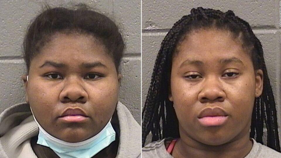 Δύο αδελφές συνέλαβαν οι Αρχές του Ιλινόις με την κατηγορία της απόπειρας ανθρωποκτονίας από πρόθεση, καθώς φέρονται να επιτέθηκαν σε υπάλληλο καταστήματος όταν εκείνος τους ζήτησε να φορέσουν μάσκα και να χρησιμοποιήσουν απολυμαντικό. Οι δύο αδελφές φέρονται να διαπληκτίστηκαν με το 32χρονο θύμα, που εργαζόταν ως σεκιούριτι στο κατάστημα, όταν εκείνος ζήτησε να τηρηθούν οι κανόνες υγιεινής στο πλαίσιο των μέτρων περιορισμού της εξάπλωσης του κορωνοϊού. Ο διαπληκτισμός τους δεν περιορίστηκε όμως στα λόγια, με την 21χρονη Τζέσικα Χιλ να βγάζει μαχαίρι και να τραυματίζει τον άνδρα στην πλάτη, τον λαιμό και τα χέρια 27 φορές, σύμφωνα με το κατηγορητήριο, την ώρα που η 18χρονη αδελφή της, Τζάιλα Χιλ, είχε ακινητοποιήσει το θύμα κρατώντας το από τα μαλλιά στο έδαφος.