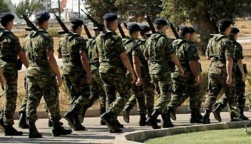 Την αύξηση της θητείας στον Στρατό Ξηράς στους 12 μήνες προανήγγειλε ο υπουργός Εθνικής Άμυνας Νίκος Παναγιωτόπουλος, τονίζοντας μάλιστα πως αυτή θα γίνει σύντομα. Μιλώντας στους δημοσιογράφους από τη Θάσο, ο κ. Παναγιωτόπουλος αναφέρθηκε στην παρουσία του στρατιωτικού προσωπικού στον Έβρο και τόνισε πως θα ενισχυθεί τόσο με τις προσλήψεις επαγγελματιών οπλιτών και την αύξηση των σπουδαστών των παραγωγικών σχολών των Ενόπλων Δυνάμεων, όσο και με την έλευση περισσότερων στρατευσίμων στο πλαίσιο της αύξησης της στρατιωτικής θητείας στους 12 μήνες «η οποία θα γίνει σύντομα». Παράλληλα, έστειλε μήνυμα πως κανείς στον Έβρο δεν θα πρέπει να φοβάται. Στις δηλώσεις του ο κ. Παναγιωτόπουλος, αφού επεσήμανε ότι «η πολιτική και στρατιωτική ηγεσία είναι ισχυρές και διασφαλίζουν τις συνθήκες, ώστε οι Ένοπλες Δυνάμεις να προστατεύουν την εδαφική κυριαρχία της χώρας και τα κυριαρχικά της δικαιώματα δημιουργώντας ισχυρή αποτροπή έναντι κάθε επιβουλής», πρόσθεσε: «Με τον δεδομένο σχεδιασμό για προσλήψεις επαγγελματιών οπλιτών, έλευση περισσότερων στρατευσίμων, από την αύξηση της θητείας στους 12 μήνες που θα γίνει σύντομα και την αύξηση των σπουδαστών των παραγωγικών σχολών που βγάζουν τους αξιωματικούς στο στρατό ξηράς, την πολεμική αεροπορία και το πολεμικό ναυτικό, είναι δεδομένο ότι θα έρθουν περισσότεροι στον Έβρο να υπηρετήσουν». Υπενθυμίζεται πως κατά την ομιλία του στη Διεθνή Έκθεση Θεσσαλονίκης, ο πρωθυπουργός Κυριάκος Μητσοτάκης είχε επισημάνει ότι η κυβέρνηση εξετάζει την υποχρεωτική στράτευση στα 18, αμέσως μετά το λύκειο, και την πιθανότητα επέκτασής της από τους εννέα μήνες σήμερα, στους δώδεκα.
