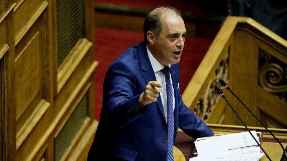 """Βαριές «καμπάνες» έπεσαν από το ΕΣΡ (Εθνικό Ραδιοτηλεοπτικό Συμβούλιο) στα 25 περιφερειακά κανάλια, στα οποία ο Κυριάκος Βελόπουλος διαφήμιζε τις κηραλοιφές που υποτίθεται προστατεύουν από τον κορονοϊό. Υπενθυμίζεται ότι ο πρόεδρος της Ελληνικής Λύσης, όταν είχε εμφανιστεί ο κορονοϊός στη χώρα, διαφήμιζε το συγκεκριμένο προϊόν, λέγοντας πως προστατεύει από την πανδημία. Μόλις έγινε γνωστό το τί έλεγε, αμέσως το σχετικό video έγινε viral προκαλώντας μεγάλες αντιδράσεις, αλλά και την επέμβαση του ΕΣΡ, το οποίο κάλεσε σε ακρόαση τα 25 περιφερειακά κανάλια που φιλοξενούν τις εκπομπές του. Την Τετάρτη (21/10) το ΕΣΡ ανακοίνωσε την απόφασή του, μοιράζοντας συνολικά πρόστιμα 730.000 ευρώ… Πιο αναλυτικά, από 30.000 καλούνται να πληρώσουν οι σταθμοί Κόσμος TV Δωδεκανήσων, Αιγαίο TV Δωδεκανήσων, Super B Αχαϊας, Σητεία TV Λασιθίου, Notos TV Ηρακλείου, Ένα TV Φθιώτιδας, TV 10 Τρικάλων, Βήμα TV Ιωαννίνων, Θράκη ΝΕΤ Έβρου, TV Ροδόπη, Δίκτυο TV Σερρών, Κρήτη TV 1 Χανίων, Άλφα Τηλεόραση Δράμας, Δίκτυο 1 Καστοριάς, Alert Αττικής, TRT Μαγνησίας, PLP TV Ηλείας και Ίριδα TV Δωδεκανήσου, ενώ από 25.000 οι Alert, Epsilon, Extra και Kontra , ΑΕ Channel και Βεργίνα και Best TV. Σημειώνεται ότι ο Κυριάκος Βελόπουλος είχε τονίσει τον περασμένο Μάρτιο «ουδέποτε είπα ότι """"γιατρεύει"""" ή είναι """"φάρμακο""""». Βέβαια, την ίδια ημέρα είχε προηγηθεί παρέμβαση του Αρείου Πάγου…"""