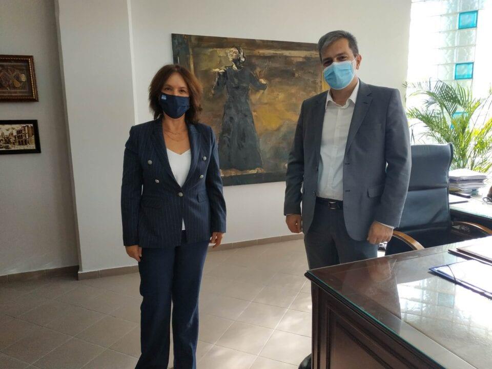 Η Βουλευτής ΣΥΡΙΖΑ Π.Σ. Π.Ε. Κοζάνης κ. Καλλιόπη Βέττα συναντήθηκε με τον Πρύτανη του Πανεπιστημίου Δυτικής Μακεδονίας κ. Θεόδωρο Θεοδουλίδη με τον οποίο συζήτησαν θέματα που αφορούν την αναβάθμιση του Ανώτατου Εκπαιδευτικού Ιδρύματος που κοσμεί την περιοχή, χάρη στην προσπάθεια των καθηγητών, των στελεχών και των φοιτητών του. Η κ. Βέττα, έπειτα από την ενημέρωση που είχε από τον κ. Θεοδουλίδη, εξέφρασε τον προβληματισμό της για το γεγονός ότι η κατανομή των θέσεων ΔΕΠ για το Π.Δ.Μ. δεν έγινε με κριτήριο τις αυξημένες ανάγκες του εκπαιδευτικού ιδρύματος, αλλά με βάση τον αριθμό συνταξιοδότησης των διδασκόντων, κριτήριο που δεν ευνοεί, γενικότερα, τα νεότερα ιδρύματα. Ως αποτέλεσμα, το Π.Δ.Μ. έχει την χειρότερη αναλογία πανελλαδικά, σε καθηγητές ανά φοιτητές σε κάθε τμήμα, ενώ σημαντικές ελλείψεις παρατηρούνται σε τεχνικό προσωπικό στα εργαστήρια, όπως και στην ύπαρξη κτιρίων, ειδικότερα στην Εορδαία. Η κ. Βέττα, επεσήμανε ότι για το θέμα της στελέχωσης έχει υποβάλει κοινοβουλευτική ερώτηση προς την αρμόδια Υπουργό από τις 17 Σεπτεμβρίου, χωρίς ως τώρα να έχει λάβει κάποια απάντηση. Επίσης, συζητήθηκε το ζήτημα της λειτουργίας λιγότερων σχολών από τις προβλεπόμενες, με έμφαση στην αναστολή λειτουργίας έξι πανεπιστημιακών τμημάτων από το Υπουργείο Παιδείας και Θρησκευμάτων πριν από έναν χρόνο, απόφαση που προκάλεσε ιδιαίτερα προβλήματα, τόσο στο Π.Δ.Μ., όσο και στην τοπική κοινωνία. Τέλος, έγινε εκτενής αναφορά στη χρηματοδότηση του Ιδρύματος δεδομένου του πλήγματος που δέχεται η δυτική Μακεδονία από την απολιγνιτοποίηση και του σημαντικού ρόλου που θα μπορούσε να διαδραματίσει το Π.Δ.Μ. για την αναπτυξιακή πορεία της περιοχής. Με εκτίμηση, Γραφείο Βουλευτή Καλλιόπη Βέττα Βουλευτής ΣΥΡΙΖΑ ΠΕ Κοζάνης