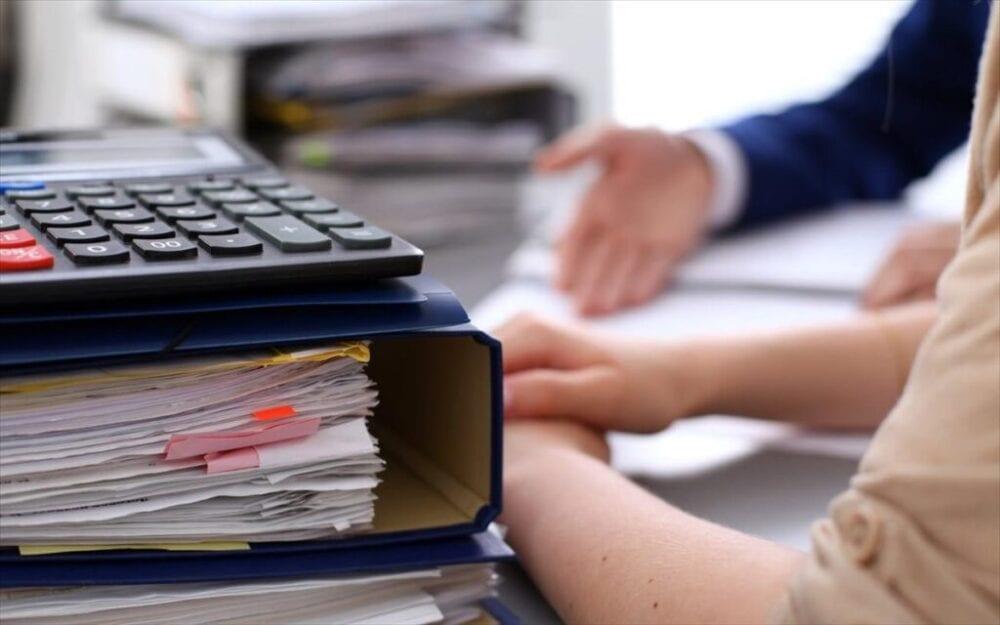 ον διευρυμένο κατάλογο με τους Κωδικούς Αριθμούς Δραστηριότητας (ΚΑΔ) με τις επιχειρήσεις που πλήττονται από την υγειονομική κρίση και μπορούν να ενταχθούν στο νέο πακέτο των μέτρων, έδωσε στη δημοσιότητα το υπουργείο Οικονομικών. Οι ΚΑΔ αφορούν στη δυνατότητα αναστολής σύμβασης και στη χορήγηση αποζημίωσης ειδικού σκοπού, στην αναστολή φορολογικών οφειλών των εργαζόμενων, στην αναστολή δόσεων για τα τραπεζικά δάνεια και στην υποχρεωτική μείωση ενοικίων. Ο πίνακας με τους ΚΑΔ των κλάδων που πλήττονται (σε περίπτωση τετραψήφιου ΚΑΔ συμπεριλαμβάνονται όλες οι υποκατηγορίες πενταψήφιων, εξαψήφιων και οκταψήφιων. Ο πίνακας με τους ΚΑΔ των κλάδων που πλήττονται Σε περίπτωση πενταψήφιου συμπεριλαμβάνονται όλες οι κατηγορίες εξαψήφιων και οκταψήφιων. Σε περίπτωση εξαψήφιου συμπεριλαμβάνονται όλες οι κατηγορίες οκταψήφιων), έχει ως εξής: 01.19.2 Καλλιέργεια ανθέων και μπουμπουκιών ανθέων σπόρων ανθέων 01.29 Αλλες πολυετείς καλλιέργειες 01.30 Πολλαπλασιασμός των φυτών 01.49.19.02 Εκτροφή γουνοφόρων ζώων (αλεπούς, μινκ, μυοκάστορα, τσιντσιλά και άλλων) 01.49.3 Παραγωγή ακατέργαστων γουνοδερμάτων και διάφορων ακατέργαστων προβιών και δερμάτων 01.63.10.12 Υπηρεσίες εκκοκκισμού βαμβακιού (εκ των υστέρων πώληση για ίδιο λογαριασμό) 01.63.10.13 Υπηρεσίες εκκοκκισμού βαμβακιού (εκ των υστέρων πώληση για λογαριασμό τρίτων) ΣΧΕΤΙΚΑ ΑΡΘΡΑ Μέτρα στήριξης επιχειρήσεων: Αυτή είναι η διευρυμένη λίστα ΚΑΔ Απριλίου ΟΙΚΟΝΟΜΙΑ 31|10|2020 | 14:23 Για ποιους ΚΑΔ υπάρχει δικαίωμα αναστολής εργασίας στο 100% των εργαζομένων τον Οκτώβριο ΕΛΛΑΔΑ 26|10|2020 | 08:13 02.10 Δασοκομία και άλλες δασοκομικές δραστηριότητες 02.20 Υλοτομία 02.30 Συλλογή προϊόντων αυτοφυών φυτών μη ξυλώδους μορφής 02.40 Υποστηρικτικές προς τη δασοκομία υπηρεσίες 03.11 Θαλάσσια αλιεία 03.12 Αλιεία γλυκών υδάτων 03.21 Θαλάσσια υδατοκαλλιέργεια 03.22 Υδατοκαλλιέργεια γλυκών υδάτων 05.10 Εξόρυξη λιθάνθρακα 05.20 Εξόρυξη λιγνίτη 07.10 Εξόρυξη σιδηρομεταλλεύματος 07.29 Εξόρυξη λοιπών μη σιδηρούχων μεταλλευμάτων 08.11 Εξόρυξη διακο