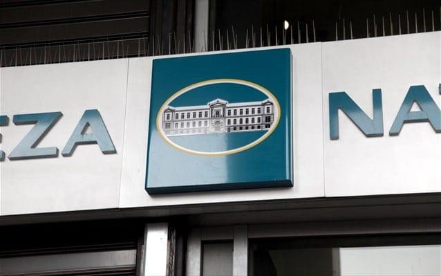Τους όρους του προγράμματος εθελούσιας εξόδου της Εθνικής Τράπεζας ανακοίνωσε η διοίκηση της τράπεζας: Το Πρόγραμμα απευθύνεται στο σύνολο του Προσωπικού της Τράπεζας, υπαγόμενο και μη στις διατάξεις του Κανονισμού Εργασίας, που παρέχει υπηρεσίες στην Τράπεζα βάσει σύμβασης εξαρτημένης εργασίας αορίστου χρόνου, στους απασχολούμενους με σύμβαση έμμισθης εντολής Δικηγόρους καθώς και στο Προσωπικό Καθαριότητας μερικής απασχόλησης. Στα παραπάνω εντάσσεται και το Προσωπικό της Τράπεζας που παρέχει υπηρεσίες σε θυγατρικές Εταιρείες του Ομίλου στην Ελλάδα και το Εξωτερικό ή σε άλλους φορείς με απόσπαση. Καθορίζεται: α) η συμπλήρωση του 30ού έτους ως ελάχιστου ορίου ηλικίας και β) τα επτά (7) έτη ως ελάχιστος χρόνος υπηρεσίας στην Τράπεζα. Ως ημερομηνία αναφοράς για τη συμπλήρωση των ορίων ηλικίας και ετών υπηρεσίας για τη συμμετοχή στο Πρόγραμμα ορίζεται η 30ή Νοεμβρίου 2020. Ως μηνιαίος μισθός για τον υπολογισμό της αποζημίωσης στην Επιλογή 1 ορίζεται ο μεικτός μισθός που αναλογεί στον μήνα Σεπτέμβριο 2020, μη συμπεριλαμβανόμενης της τυχόν αρνητικής διαφοράς που συμφωνήθηκε με την από 24.8.2012 ΕΣΣΕ και των αποδοχών που θα καταβάλλονται κατά τη διάρκεια της μακροχρόνιας άδειας στις Επιλογές 2 έως 5, οι μεικτές τακτικές αποδοχές που αναλογούν στον μήνα πριν την έναρξη της άδειας, συμπεριλαμβανομένης της τυχόν αρνητικής διαφοράς που συμφωνήθηκε με την από 24.8.2012 ΕΣΣΕ. Οι ενδιαφερόμενοι έχουν τη δυνατότητα συμμετοχής σε μία εκ των πέντε Επιλογών: Επιλογή 1: Άμεση αποχώρηση και λύση της σύμβασης εργασίας με καταβολή αποζημίωσης, κλιμακούμενης αναλόγως των ετών υπηρεσίας και της ηλικίας του υπαλλήλου ως εξής: Για όσους ανήκουν στους Κλάδους Κύριου και Τεχνικού Προσωπικού, τους Εισπράκτορες, τους Δικηγόρους με σχέση έμμισθης εντολής καθώς και τους μη υπαγόμενους στις διατάξεις του Κανονισμού Εργασίας Ειδικούς Συνεργάτες, Συμβούλους Διοίκησης και Υπαλλήλους αορίστου χρόνου καταβολή αποζημίωσης από 10 (δέκα) έως 35 (τριάντα πέντε) μηνιαίους μισθούς. Ειδικότερα, για όσους υπαλλ