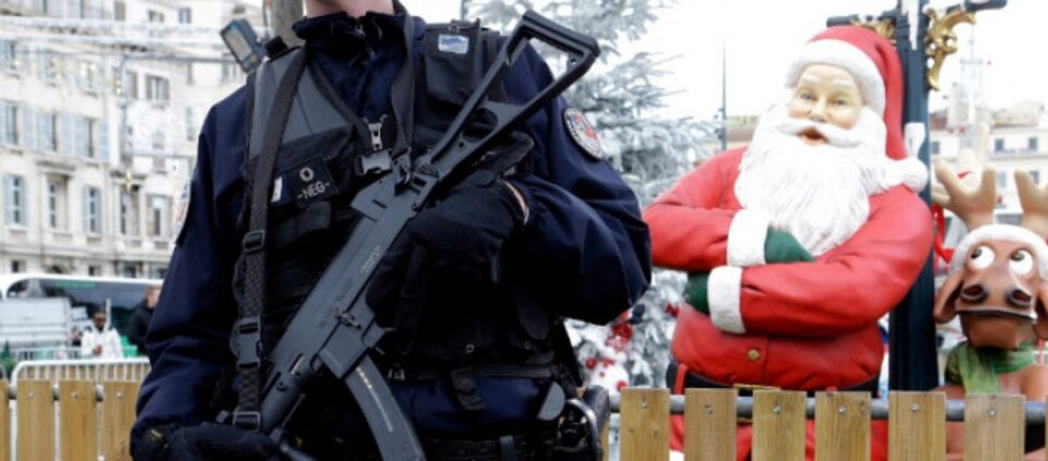 """Διαφορετικά αναμένεται να είναι τα φετινά Χριστούγεννα, καθώς ο εορτασμός θα πρέπει να είναι όχι απλά μετρημένος αναφορικά με τον αριθμό των ατόμων που θα επιλέξουμε να περάσουμε τις εορταστικές στιγμές αλλά κυριολεκτικά θα είμαστε κάτω από την απειλή ακόμα και... """"εφόδων"""" της αστυνομίας στα σπίτια. Αυτό τόνισε άλλωστε και ο πρωθυπουργός Κυριάκος Μητσοτάκης ο οποίος απηύθυνε έκκληση προς τους πολίτες να αποφευχθούν οι συνάξεις στα σπίτια, καθώς είναι κρίσιμη η χρονική περίοδος, του δεύτερου κύματος κορωνοϊού που διανύουμε. Σύμφωνα με πληροφορίες του STAR, αναμένεται να μπει όριο στον αριθμό των ατόμων με τους οποίους θα περάσουμε το φετινό... ρεβεγιόν στο σπίτι μας, καθώς θα επιτρέπονται οκτώ ή εννιά άτομα. Σε εγρήγορση αναμένεται να είναι και η Αστυνομία, προκειμένου να μπορεί να παρέμβει στις περιπτώσεις που κρίνονται απαραίτητες όπως για παράδειγμα μαζώξεις τύπου πάρτι με δυνατή μουσική και συνωστισμό. Οι Αρχές θα παρεμβαίνουν έπειτα από καταγγελίες, και υπάρχει ακόμα και περίπτωση εμπλοκής και του Εισαγγελέα. Έκκληση στους πολίτες για υπομονή και επιπλέον προσπάθεια εν όψει των Χριστουγέννων απηύθυνε ο πρωθυπουργός Κυριάκος Μητσοτάκης, σε συνέντευξη που παραχώρησε στον ραδιοφωνικό σταθμό Status fm. Ο πρωθυπουργός τόνισε ότι πρέπει πάση θυσία να αποφευχθούν οι συνάξεις στα σπίτια και πως θα επιτραπεί «μόνο μία συν μία οικογένεια για τις γιορτές». «Ζητώ πραγματικά λίγη υπομονή και ακόμη μία παραπάνω προσπάθεια εν όψει των Χριστουγέννων. Καταλαβαίνω απόλυτα την κούραση, τη στεναχώρια, τον θύμο ακόμη και τον φόβο για ό,τι έχει συμβεί εδώ στη Θεσσαλονίκη. Πρέπει πάση θυσία να αποφύγουμε τις συνάξεις στα σπίτια, είναι ο πλέον επικίνδυνος τρόπος μετάδοσης του ιού, θα επιτρέψουμε μόνο μία συν μία οικογένεια για τις γιορτές, διαλέξτε με ποια οικογένεια θέλετε να περάσετε τις γιορτές, σε αυτό το σημείο θα είμαστε πολύ αυστηροί, αυτό μπορώ να σας το πω. Τα φετινά Χριστούγεννα θα είναι πολύ διαφορετικά, πολύ πιο μαζεμένα, πολύ απλά, έτσι πρέπει να γίνει» είπε χαρακτηριστικά"""