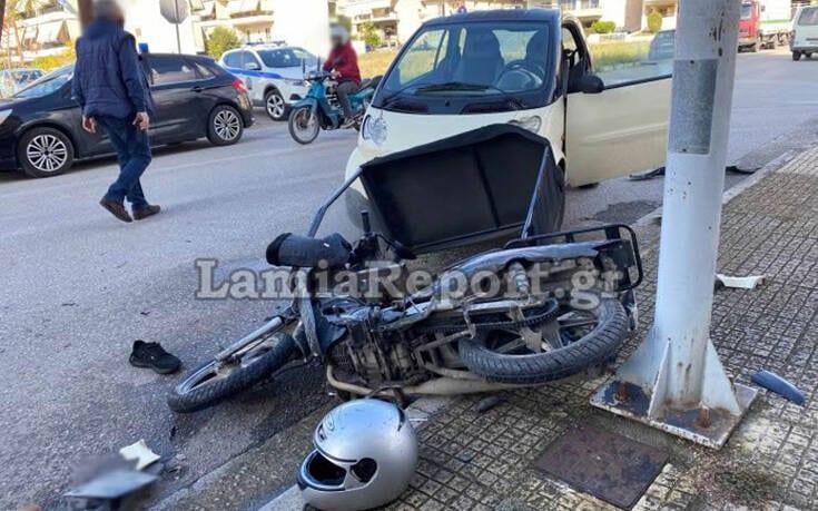 Σοβαρό τροχαίο με ντελιβερά στη Λαμία – Το μηχανάκι μετά τη σύγκρουση έπεσε πάνω σε δύο γυναίκες που περπατούσαν