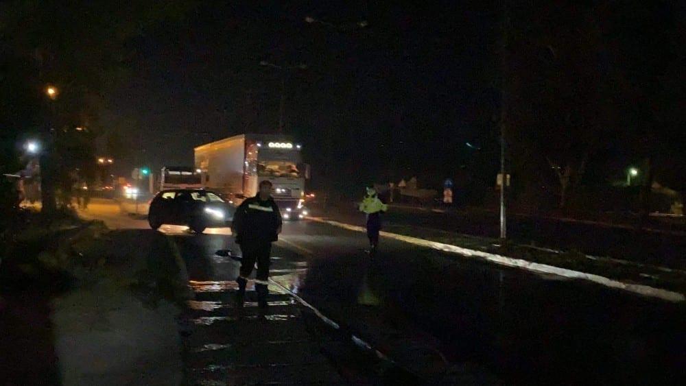 Σύμφωνα με τις πρώτες πληροφορίες η 15χρονη παρασύρθηκε στην προσπάθεια της να διασχίσει το δρόμο, ενώ ένα ακόμα άτομο έχει τραυματιστεί και μεταφέρθηκε στο νοσοκομείο.
