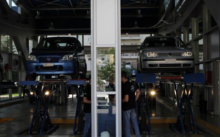 Παρατείνεται έως και τις 7 Δεκεμβρίου 2020 και ώρα 6:00 η αναστολή λειτουργίας των δημόσιων και ιδιωτικών ΚΤΕΟ της ελληνικής επικράτειας. Σύμφωνα με εγκύκλιο του υπουργείου Υποδομών και Μεταφορών, την οποία επικαλείται το ΑΜΠΕ, για το διάστημα αυτό επιτρέπεται μόνο ο τεχνικός έλεγχος φορτηγών με ΜΑΜΦΟ >3,5 t και λεωφορείων σε Δημόσια και Ιδιωτικά ΚΤΕΟ της χώρας που διαθέτουν εγκεκριμένη-αδειοδοτημένη γραμμή τεχνικού ελέγχου βαρέων οχημάτων και υπό την προϋπόθεση: α) Μέγιστου αριθμού 9 ατόμων σε αναμονή β) Προσέλευσης μόνο κατόπιν ραντεβού μέσω τηλεφώνου και ηλεκτρονικών μέσων και επίδειξης του σχετικού καταλόγου στα ελεγκτικά όργανα και γ) Ωράριο λειτουργίας έως τις 20:30 μ.μ. Η παράταση των 45 ημερολογιακών ημερών που έχει δοθεί με τις (β), (γ) και (δ) σχετικές εγκυκλίους επεκτείνεται κατά 25 ημερολογιακές ημέρες. Επίσης, όπου στις ανωτέρω εγκυκλίους αναφέρεται ως καταληκτική ημερομηνία η Δευτέρα 30-11-2020, αυτή μετατίθεται τη Δευτέρα 7-12-2020. Οχήματα για τα οποία προκύπτει ότι συντρέχουν λόγοι ανωτέρας βίας εντός του χρονικού διαστήματος από Σάββατο 7-11-2020 έως και Δευτέρα 7-12-2020 ελέγχονται εμπρόθεσμα (χωρίς την καταβολή πρόσθετου ειδικού τέλους) έως και τις 29 Ιανουαρίου 2021. Για τα οχήματα για τα οποία έχουν ήδη εκδοθεί άδειες κυκλοφορίας με την παρατήρηση για τεχνικό έλεγχο εντός 45 ημερών, η υποχρέωση για προσκόμιση του Δελτίου Τεχνικού Ελέγχου στην αρμόδια Υπηρεσία Μεταφορών και Επικοινωνιών παρατείνεται αυτοδίκαια κατά 25 ημερολογιακές ημέρες. Τέλος, επιτρέπεται η ανάκληση διαγραφής στις περιπτώσεις μοτοσικλετών, για τις οποίες έχει υποβληθεί αίτηση στην οικεία Υπηρεσία Μεταφορών και Επικοινωνιών εντός της προθεσμίας που προβλέπεται στην υπ' αριθμ. Α-οικ. 5685/437/08.03.2006 εγκύκλιο, χωρίς την προσκόμιση Δελτίου Τεχνικού Ελέγχου (ΔΤΕ) από δημόσιο ή ιδιωτικό ΚΤΕΟ. Το ΔΤΕ προσκομίζεται στην αρμόδια Υπηρεσία Μεταφορών και Επικοινωνιών εντός 70 ημερών από την ημερομηνία χορήγησης των στοιχείων κυκλοφορίας (πινακίδες και έντυπο αδείας). Στο χώρο των παρ