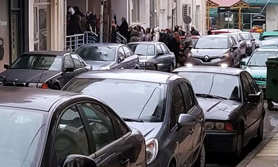 Φλώρινα: Oυρές πολιτών έξω από την Πειραιώς με δυο ώρες αναμονή και σε θερμοκρασίες υπό το μηδέν (Photos)