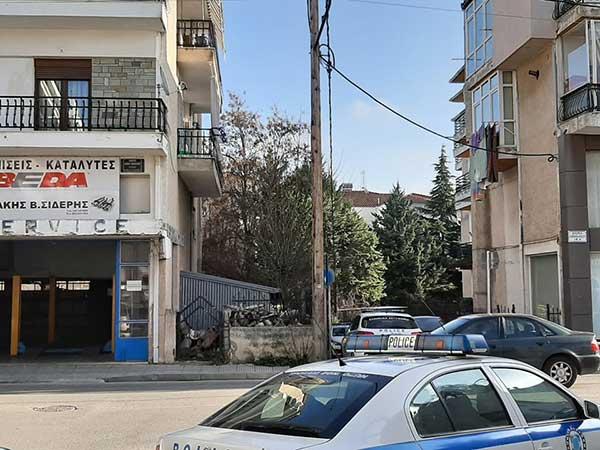 Μεγάλη αστυνομική επιχείρηση για τη διάσωση 49χρονου άντρα στην Κοζάνη – Απειλούσε ότι θα πέσει από το μπαλκόνι 11