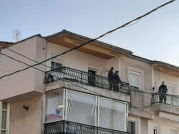 Μεγάλη αστυνομική επιχείρηση για τη διάσωση 49χρονου άντρα στην Κοζάνη – Απειλούσε ότι θα πέσει από το μπαλκόνι