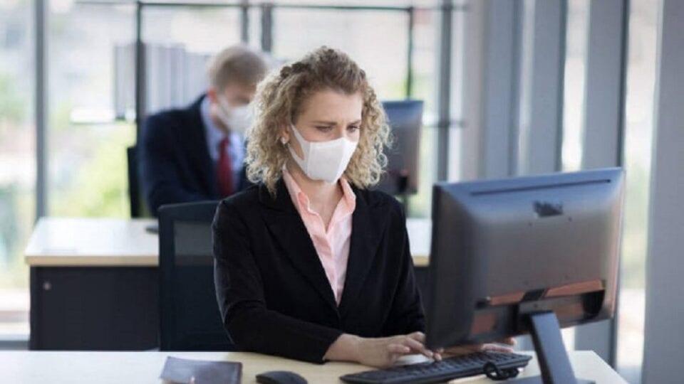 Ο Παγκόσμιος Οργανισμός Υγείας, αναθεωρώντας τις συστάσεις του Ιουνίου για τις μάσκες, εξέδωσε νέες αναφέροντας ότι όσοι ζουν σε περιοχές που έχει εξαπλωθεί ο COVID-19 πρέπει να φοράνε μάσκες στα καταστήματα, τους χώρους εργασίας και τα σχολεία, αν ο εξαερισμός δεν είναι επαρκής, μετέδωσε το πρακτορείο Reuters. Επίσης οι υγειονομικοί μπορούν να φορούν μάσκες N95 (που δεν είναι μίας χρήσης και μπορούν να συγκρατήσουν τουλάχιστον το 95% των αιωρούμενων σωματιδίων, μεγέθους πάνω από 0,3 nitron) όταν φροντίζουν με ασθενείς με κορονοϊό. Αποδεδειγμένα οι μάσκες αυτές τους προστατεύουν όταν κάνουν ιατρικές πράξεις που παράγουν αερολύματα.