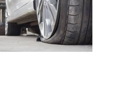 """Νέα επιτυχία της Ασφάλειας Κοζάνης, η οποία σήμερα, Πέμπτη, συνέλαβε τον 67χρονο άντρα που """"έσκαγε"""" τα λάστιχα αυτοκινήτων στον Κρόκο! Δείτε εδώ Σύμφωνα με τις πληροφορίες του Kozanimedia ο δράστης, κάτοικος της γειτονιάς πέριξ του γυμασίου/2ου Δημοτικού Σχολείου Κρόκου (όπου είχαν σημειωθεί και τα περιστατικά) ομολόγησε για όλες τις περιπτώσεις, ενώ σηχματίστηκε σε βάρος του σχετική δικογραφία, χωρίς να συλληφθεί, καθώς δεν πρόκειται για αυτόφωρη διαδικασία. Ο 67χρονος φέρεται να υποστήριξε ως προχώρησε στη συγκεκριμένη πράξη για """"λόγους εκδίκησης"""", ενώ η Ασφάλεια Κοζάνης κατάφερε να εξιχνιάσει την υπόθεση μετά από ενδελεχείς και προσεκτικούς χειρισμούς που κράτησαν για αρκετό χρονικό διάστημα."""