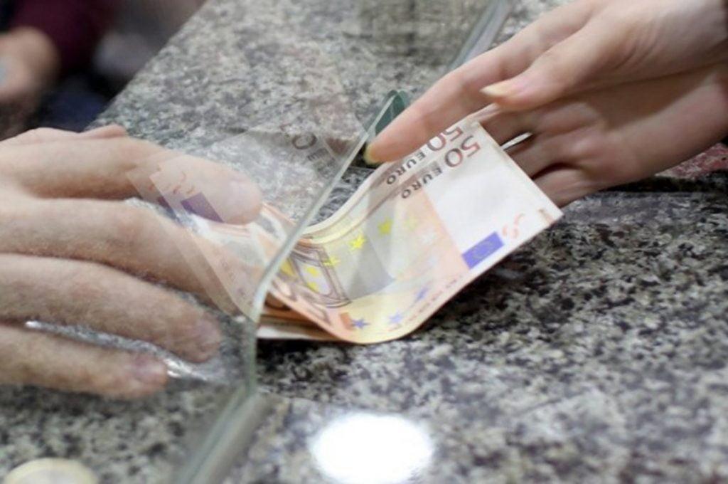 Σε τρεις φάσεις θα καταβληθούν τα αναδρομικά στους κληρονόμους των συνταξιούχων, οι οποίοι υπέβαλαν ηλεκτρονικά τη σχετική υπεύθυνη δήλωση έως τις 31 Δεκεμβρίου 2020. Αναλυτικά οι ημερομηνίες πληρωμής των αναδρομικών στους δικαιούχους: Στις 10 Φεβρουαρίου 2021 θα καταβληθούν τα ποσά στους δικαιούχους που έχουν υποβάλει οριστικά την αίτηση με όλα τα ζητούμενα πιστοποιητικά και έχει ολοκληρωθεί επιτυχώς η επεξεργασία του αιτήματος. Στις 10 Μαρτίου 2021 θα πληρωθούν οι κληρονόμοι που θα υποβάλουν οριστικά τα απαιτούμενα έγγραφα στην ηλεκτρονική πλατφόρμα έως τις 28 Φεβρουαρίου 2021. Διευκρινίζεται ότι η προθεσμία της 28ης Φεβρουαρίου είναι ενδεικτική και ότι η ηλεκτρονική υπηρεσία θα παραμείνει ανοικτή για την υποβολή δικαιολογητικών και μετά την ημερομηνία αυτή για τις περιπτώσεις εκείνες που θα καθυστερήσει η έκδοση των αναγκαίων πιστοποιητικών. Τέλος, στις 12 Απριλίου 2021 θα καταβληθούν τα αναδρομικά σε όσους έχουν κληρονομικό δικαίωμα από διαθήκη. Στις περιπτώσεις αυτές οι δικαιούχοι θα κληθούν εντός του Φεβρουαρίου να υποβάλλουν επιπλέον στοιχεία της διαθήκης, ώστε να είναι εφικτή η επεξεργασία του αιτήματος.