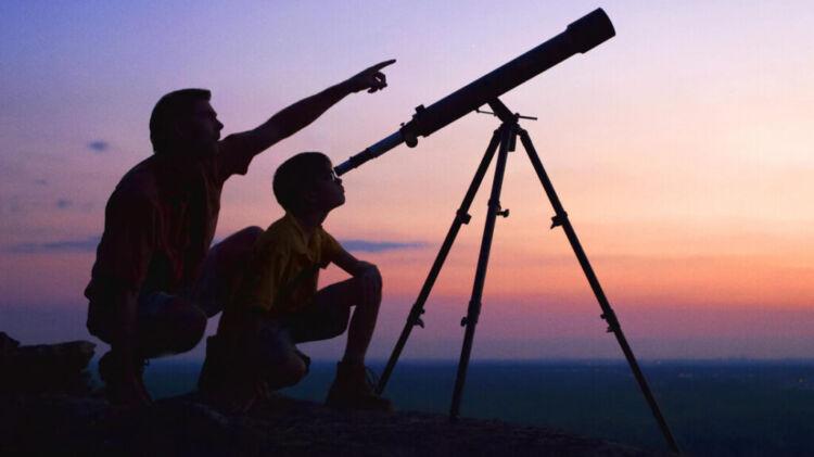 Προκήρυξη 10 «χρυσών» θέσεων για εποπτεία διαστημικών αντικειμένων -Δουλειά για 3 χρόνια -αιτήσεις (ΦΕΚ) Σε ΦΕΚ δημοσιεύτηκε η πρόσκληση εκδήλωσης ενδιαφέροντος για την υποβολή υποψηφιότητας για την πλήρωση δέκα (10) θέσεων Ειδικών Επιστημόνων στο ΕΛΛΗΝΙΚΟ ΚΕΝΤΡΟ ΔΙΑΣΤΗΜΑΤΟΣ (ΕΛ.ΚΕ.Δ.). Συγκεκριμένα, το ΦΕΚ που παρουσιάζει πρώτη η aftodioikisi.gr αναφέρει: «…αποφασίζουμε την προκήρυξη της πλήρωσης θέσεων προσωπικού, με σύμβαση εργασίας Ιδιωτικού Δικαίου Ορισμένου Χρόνου, διάρκειας τριών (3) ετών, για την κάλυψη δέκα (10) θέσεων Ειδικών Επιστημόνων εγνωσμένης αξίας για την εκπλήρωση των σκοπών του ΕΛ.ΚΕ.Δ. και για την κάλυψη των ιδιαιτέρων αναγκών του Δημοσίου κατά τον έλεγχο των διαστημικών δραστηριοτήτων και την εποπτεία των διαστημικών αντικειμένων, σύμφωνα με τις διατάξεις της παρ. 16 του άρθρου 60 του ν. 4623/2019, κατά παρέκκλιση των κειμένων διατάξεων και κατ' αναλογική εφαρμογή της παρ. 6 του άρθρου 13 του ν. 3429/2005. Οι προκηρυσσόμενες θέσεις περιγράφονται στο παρακάτω έγγραφο. Η αξιολόγηση και η επιλογή των υποψηφίων θα γίνει από Επιτροπή Αξιολόγησης και Επιλογής που θα συγκροτηθεί με απόφαση του Διοικητικού Συμβουλίου του ΕΛ.ΚΕ.Δ. Οι Αιτήσεις Υποψηφιότητας, τα Βιογραφικά Σημειώματα και οι Επιστολές Ενδιαφέροντος και Κινήτρου των υποψηφίων υποβάλλονται ηλεκτρονικά στο ΕΛ.ΚΕ.Δ. στη διεύθυνση ηλεκτρονικού ταχυδρομείου sec@hsc.gov.gr εντός προθεσμίας 30 ημερών από την δημοσίευση της παρούσας στο Τεύχος Προκηρύξεων του Ανώτατου Συμβουλίου Επιλογής Προσωπικού (Α.Σ.Ε.Π.).