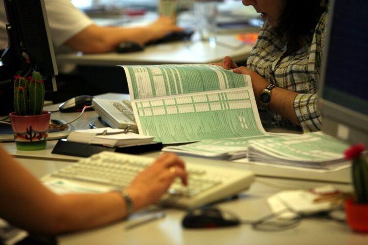 Συγκεκριμένα τα επιδόματα, με βάση την εγκύκλιο δεν αποτελούν εισόδημα και δεν υπόκεινται σε οποιοδήποτε φόρο, εισφορά, συμπεριλαμβανομένης και της ειδικής εισφοράς αλληλεγγύης, οι εξής κατηγορίες ενισχύσεων: -Οι αποζημιώσεις ειδικού σκοπού των 534 ευρώ ή των 800 ευρώ, τις οποίες έλαβαν εργαζόμενοι στον ιδιωτικό τομέα που μπήκαν σε αναστολή. Αντίστοιχη πρόβλεψη υπάρχει και για τους εργαζόμενους των οποίων η σύμβαση εργασίας λύθηκε με καταγγελία από επιχειρήσεις – εργοδότες στις πληγείσες από τον μεσογειακό κυκλώνα «Ιανός» περιοχές της χώρας -Η αποζημίωση για την κάλυψη από το κράτος του 60% των απωλειών στις αποδοχές των εργαζομένων που εντάχθηκαν στο πρόγραμμα ΣΥΝ-ΕΡΓΑΣΙΑ». -Οι ενισχύσεις σε ελεύθερους επαγγελματίες, αυτοαπασχολούμενους, ιδιοκτήτες ατομικών επιχειρήσεων και η αμοιβή ιδιωτών ιατρών, με έκδοση Δελτίου Παροχής Υπηρεσιών, που συνεργάζονται με δημόσια νοσοκομεία οι οποίες δεν υπολογίζονται στα εισοδηματικά όρια για την καταβολή οποιασδήποτε παροχής κοινωνικού ή προνοιακού χαρακτήρα -Οι αποζημιώσεις σε ειδικές κατηγορίες όπως οι καλλιτέχνες, δημιουργοί και επαγγελματίες της τέχνης και του πολιτισμού, ξεναγοί, τουριστικοί συνοδοί και επιστήμονες -Οι ενισχύσεις σε ασκούντες επιχειρηματική δραστηριότητα εξαιτίας της μίσθωσης τουριστικών καταλυμάτων που χρησιμοποιούνται αποκλειστικά για την προσωρινή διαμονή φυσικών προσώπων στο πλαίσιο αντιμετώπισης του κινδύνου μετάδοσης του COVID 19. -Το επίδομα κατάρτισης μέσω του ειδικού προγράμματος τηλεκατάρτισης σε επιστήμονες πληττόμενους από τον COVID 19 και η οποία δεν υπολογίζεται στα εισοδηματικά όρια για την καταβολή οποιασδήποτε παροχής κοινωνικού ή προνοιακού χαρακτήρα -Η εφάπαξ ενίσχυση στους ασφαλισμένους του τ. ΕΤΑΑ, καθώς και στους οικονομολόγους και γεωτεχνικούς που ασφαλίζονται στον e-ΕΦΚΑ και η οποία δεν προσμετράται στο συνολικό πραγματικό ή τεκμαρτό, οικογενειακό εισόδημα. -Η έκτακτη αποζημίωση στους εποχικά εργαζόμενους του τουριστικού και επισιτιστικού κλάδου -Οι αμοιβές σε μισθωτούς που αφορούν απ