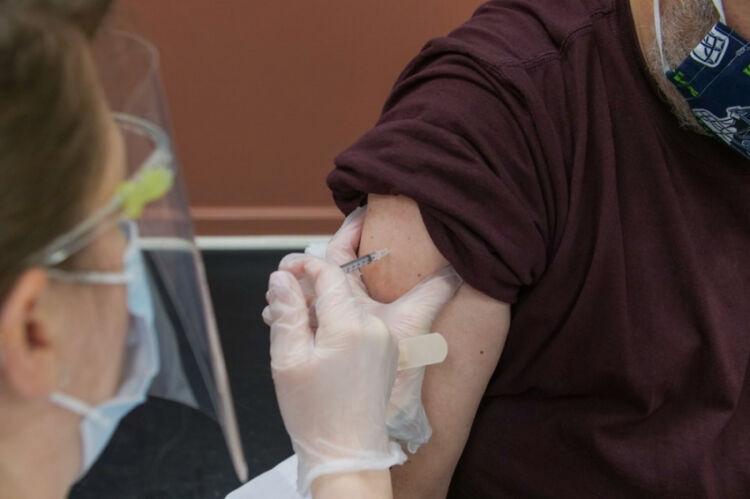 Παρενέργειες εμβολίου COVID: Πότε πρέπει να επικοινωνήσετε με γιατρό