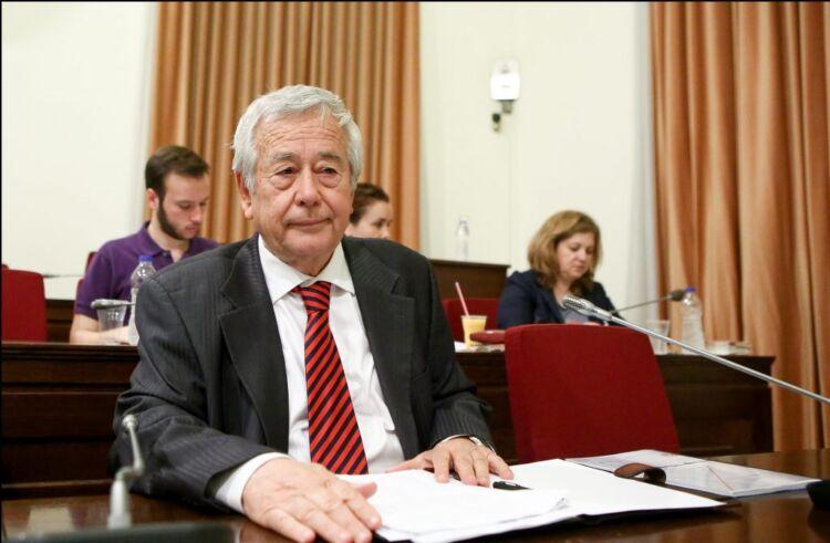 Αλλαγές στην ηγεσία του ΑΣΕΠ, αναμένεται, σύμφωνα με πληροφορίες της aftodioikisi.gr, να αποφασίσει την μεθεπόμενη Πέμπτη η Διάσκεψη των Προέδρων της Βουλής. Οι αλλαγές θα ξεκινήσουν από τον νυν πρόεδρο Ιωάννη Καραβοκύρη (φωτο), ο οποίος, λίγες ημέρες πριν τα Χριστούγεννα, συμπλήρωσε το όριο ηλικίας των 73 ετών που ισχύει σήμερα. Δεν αλλάζει το όριο ηλικίας Την συγκεκριμένη εξέλιξη προανήγγειλε στην τελευταία του ομιλία επί του ν/σ ΑΣΕΠ (σ.σ. και, τελικώς, τελευταία του ομιλία στη Βουλή ως υπουργός Εσωτερικών) ο Τάκης Θεοδωρικάκος. Είχε πει τότε (21/12/2020): «Μια και αναφέρομαι στο ΑΣΕΠ να το πω τώρα αυτό εδώ. Ειπώθηκε μια παρατήρηση από τον κ. Πρόεδρο του ΑΣΕΠ (σ.σ. στην ομιλία του είχε ζητήσει να αλλάξει το όριο ηλικίας στα 75 έτη). Θέλω να υπενθυμίσω ότι όριο ηλικίας στο ΑΣΕΠ υπήρχε από τον νόμο 2190, το «νόμο Πεπονή». Το άρθρο 4 παράγραφος 2 προέβλεπε ως όριο ηλικίας τα εβδομήντα χρόνια για τους συμβούλους, να είναι μέχρι 70 ετών, και μέχρι 75 ετών για τον πρόεδρο και τους αντιπροέδρους. Τόσες αλλαγές γίνανε στο νόμο. Αυτό δεν άλλαξε. Η μόνη μεταβολή που έκανε ο προκάτοχός μου, ο κ. Κατρούγκαλος επί ΣΥΡΙΖΑ τον Μάιο του 2015, ήταν για να μειώσει το όριο για τον πρόεδρο και τους αντιπροέδρους από τα 75 στα 73 έτη. Το όριο για τους συμβούλους παρέμεινε το ίδιο. Αυτά όμως είναι γνωστά πράγματα. Σήμερα δεν υπάρχει κανένα νομοθετικό πρόβλημα, καμία μεταβολή, γιατί ισχύουν αυτά που μόλις τώρα σας είπα. Άρα η σημερινή κυβέρνηση δεν έρχεται να πειράξει τίποτε. Συνεχίζουμε αυτό που βρήκαμε από το νόμο του Πεπονή για τους προκατόχους μας. Δεν αλλάζουμε κάτι σε σχέση με αυτό. Το λέω γιατί έγινε μια ολόκληρη συζήτηση γύρω από τα όρια ηλικίας των στελεχών του ΑΣΕΠ. Πάει αυτό, επομένως», είχε καταλήξει ο κ. Θεοδωρικάκος. Δια χειρός Γεραπετρίτη Σύμφωνα με τις πρώτες ενδείξεις, καθώς η απόφαση είναι κεντρική, δηλαδή, από το Μέγαρο Μαξίμου και τον υπουργό Επικρατείας Γιώργο Γεραπετρίτη, ο οποίος φαίνεται ότι , εκείνος και όχι ο κ. Θεοδωρικάκος, ήταν και ο βασικός συντάκτης του ν