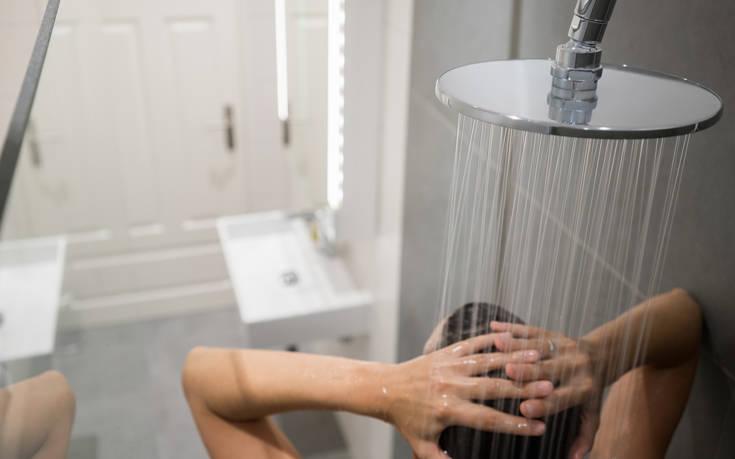 Μπάνιο το πρωί ή το βράδυ; Τι κερδίζουμε σε κάθε περίπτωση