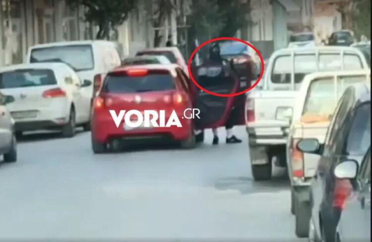 Εικόνες τρόμου στη Θεσσαλονίκη: Κρατώντας καραμπίνα έκοψε την κυκλοφορία και περίμενε τους ληστές (video)