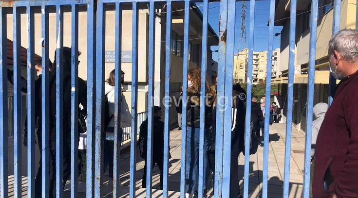 Συνελήφθη η μητέρα μαθητή στον Εύοσμο για διασπορά ψευδών ειδήσεων που έκανε για τα self test