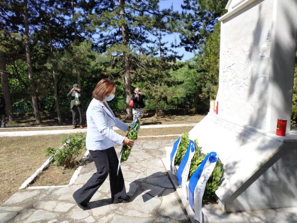 «Καλλιόπη Βέττα: Δίνουμε υπόσχεση στα θύματα των Πύργων ότι τα εγκλήματα του ναζισμού δεν θα ξεχαστούν ποτέ – Κατάθεση στεφάνου στην εκδήλωση για την επέτειο του Ολοκαυτώματος»