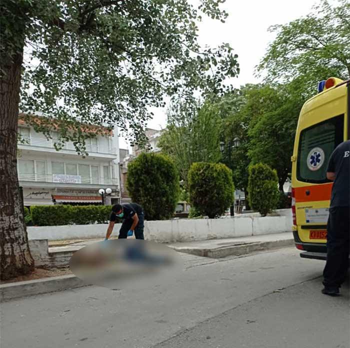 Ώρα 15:30: Άντρας σωριάστηκε στο πεζοδρόμιο της πλατείας Λασσάνη – Νέα κλήση και επέμβαση του ΕΚΑΒ Κοζάνης-Φωτογραφίες