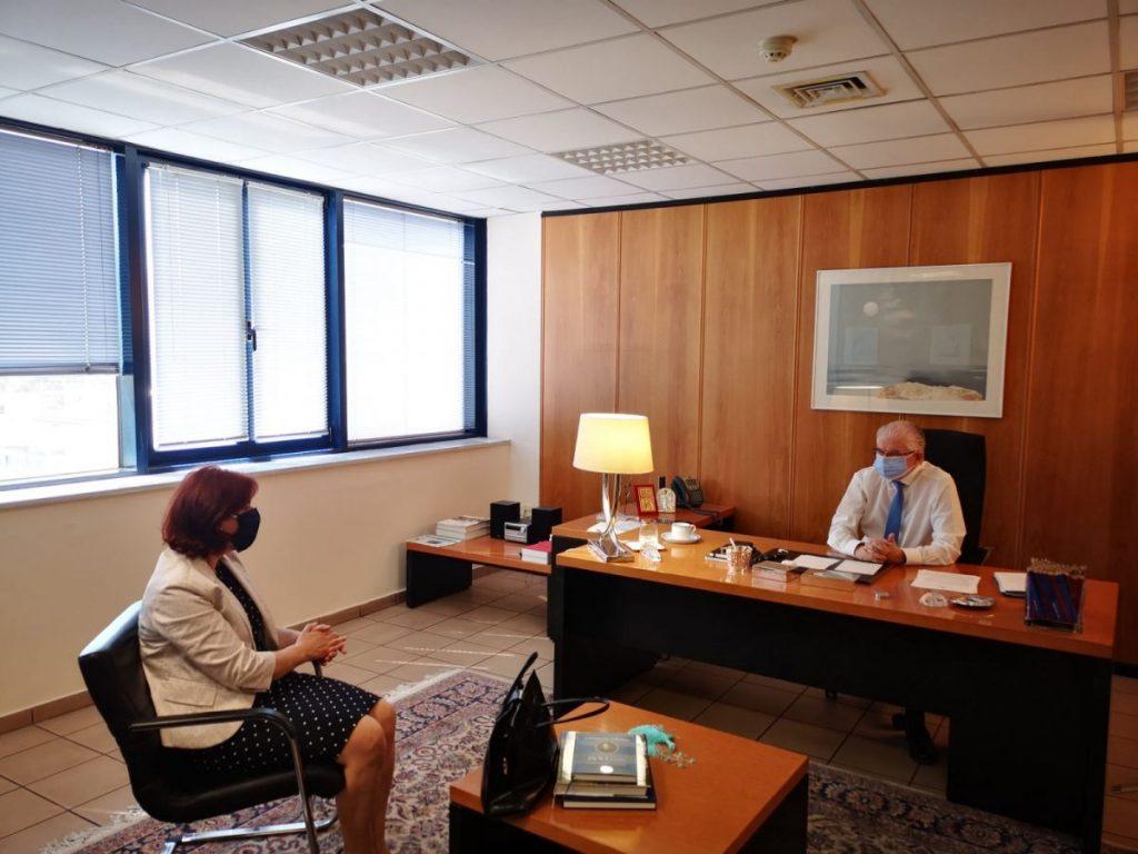 Η Παρασκευή Βρυζίδου στον Πρόεδρο του ΕΛΓΑ Ανδρέα Λυκουρέντζο