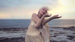 Η χορεύτρια ηλικίας 106 ετών που αψηφά τα γηρατειά