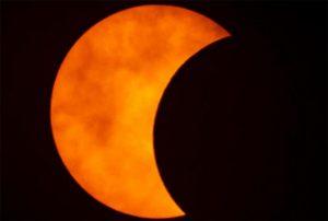 Μάγεψε το «δαχτυλίδι της φωτιάς» – Εντυπωσιακές εικόνες από την έκλειψη Ηλίου [βίντεο]