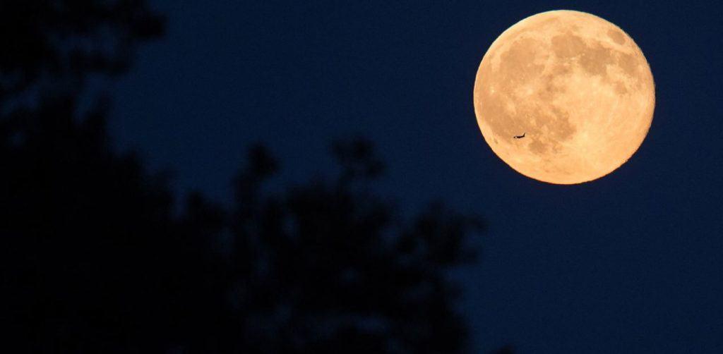 «Φεγγάρι της Φράουλας»: Αύριο η 3η και τελευταία υπερπανσέληνος του 2021