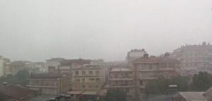 Δυνατή βροχή και χαλαζόπτωση στην Πτολεμαΐδα (βίντεο ώρα 17:20)