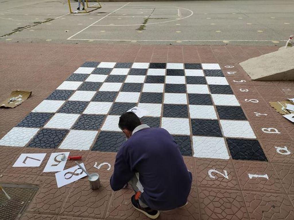 Πτολεμαΐδα: Eκπαιδευτικοί έστησαν υπαίθρια σκακιέρα στο σχολείο τους