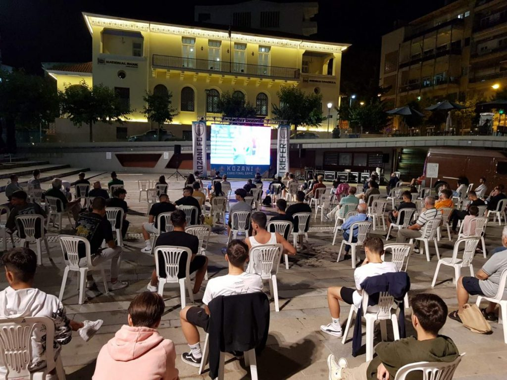 Την νίκη της Ιταλίας και την κατάκτηση του τροπαίου του Euro πανηγύρισαν, οι φίλαθλοι της Κοζάνης που παρακολούθησαν τον αγώνα με την Αγγλία από την κεντρική πλατεία της Κοζάνης όπου και είδαν το ματς από γιγαντοθόνη σε ένα ειδικό event την Κυριακή 11 Ιουλίου 2021, παρέα με την ομάδα της πόλης ΦΣ Κοζάνης. Όλοι όσοι βρέθηκαν στην Κεντρική πλατεία Κοζάνης τήρησαν όλα τα μέτρα ασφάλειας κατά του covid-19 και απόλαυσαν κάτι διαφορετικό για τους φίλους του ποδοσφαίρου στην περιοχή. Όπως ήταν φυσικό υπήρχαν φίλαθλοι που υποστήριζαν την ομάδα της Ιταλίας και πανηγύρισαν την κατάκτηση του τροπαίου, αλλά και φίλαθλοι που υποστήριζαν την ομάδα της Αγγλίας οι οποίοι στο τέλος απογοητευτήκαν από το αποτέλεσμα. Σε κάθε περίπτωση κερδισμένο βγήκε το ποδόσφαιρο και οι αγνοί φίλαθλοί του, οι οποίοι συμπορεύονται με το Φ.Σ. Κοζάνης, το οποίο θέλει να πρωτοπορεί, γύρω από το ποδόσφαιρο θέλει να αναπτυχθεί ένας ιδιαίτερος ποδοσφαιρικός πολιτισμός, μια ποδοσφαιρική κουλτούρα, όπως σε πολλές χώρες, που το ποδόσφαιρο είναι βαθιά ριζωμένο στην κοινωνία και αποτελεί μέρος της καθημερινότητας και όλων όσων περιστρέφονται γύρω από αυτό. Το ΦΣ Κοζάνης, ευχαριστεί τον Δήμο Κοζάνης για την παραχώρηση του χώρου της πλατείας, την Αστυνομική Διευθ. Κοζάνης για την ασφάλεια και την τήρηση των μέτρων, όπως και όλους όσους βοήθησαν για την υλοποίηση αυτής της εκδήλωσης. Ιδιαίτερες ευχαριστίες στον Υπερήφανο Χορηγό της ομάδας και της εκδήλωσης KIEFER TEK.