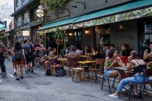 Όρθιοι στα μπαρ... «τέλος», τι αλλάζει και πάλι από σήμερα - Τα μέτρα που εξετάζονται