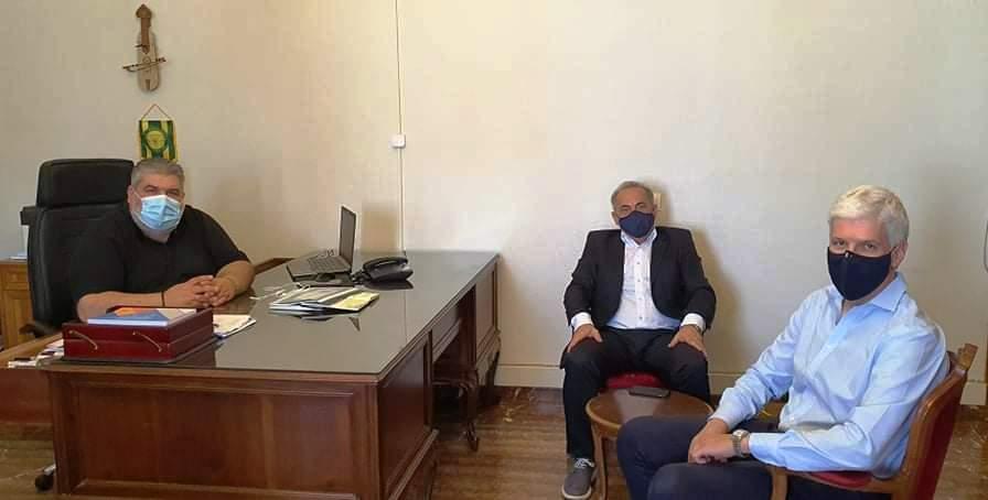 Συνάντηση του Δημάρχου Εορδαίας με το Γενικό Διευθυντή Ηλεκτροκίνησης της Δ.Ε.Η. Α.Ε. . Ο Γενικός Διευθυντή Ηλεκτροκίνησης της Δ.Ε.Η. Α.Ε. Κυριάκος Κοφινάς επισκέφθηκε χθες το μεσημέρι, τον Δήμαρχο Εορδαίας Παναγιώτη Πλακεντά. Στην συνάντηση ο κ. Κοφινάς παρουσίασε, μαζί με τον Διευθυντή Ανάπτυξης Ανανεώσιμων Πηγών Ενέργειας της εταιρείας Παύλο Μπαξεβάνη, το σχέδιο της ΔΕΗ για τα σημεία-σταθμούς φόρτισης ηλεκτρικών οχημάτων. Ο Παναγιώτης Πλακεντάς αφού σημείωσε με έμφαση την διαχρονικά καλή σχέση του δήμου με την ΔΕΗ Α.Ε., η οποία έχει σφυρηλατηθεί όλα αυτά τα χρόνια μέσα από αμφίδρομη συνεργασία, τόνισε ότι υπάρχει θετική διάθεση για την δημιουργία 10 σταθμών φόρτισης ηλεκτρικών οχημάτων εντός των διοικητικών ορίων της Εορδαίας.