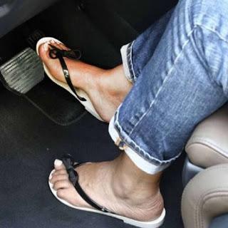 Τι λέει ο νόμος για οδήγηση με σαγιονάρες ή ξυπόλητος;