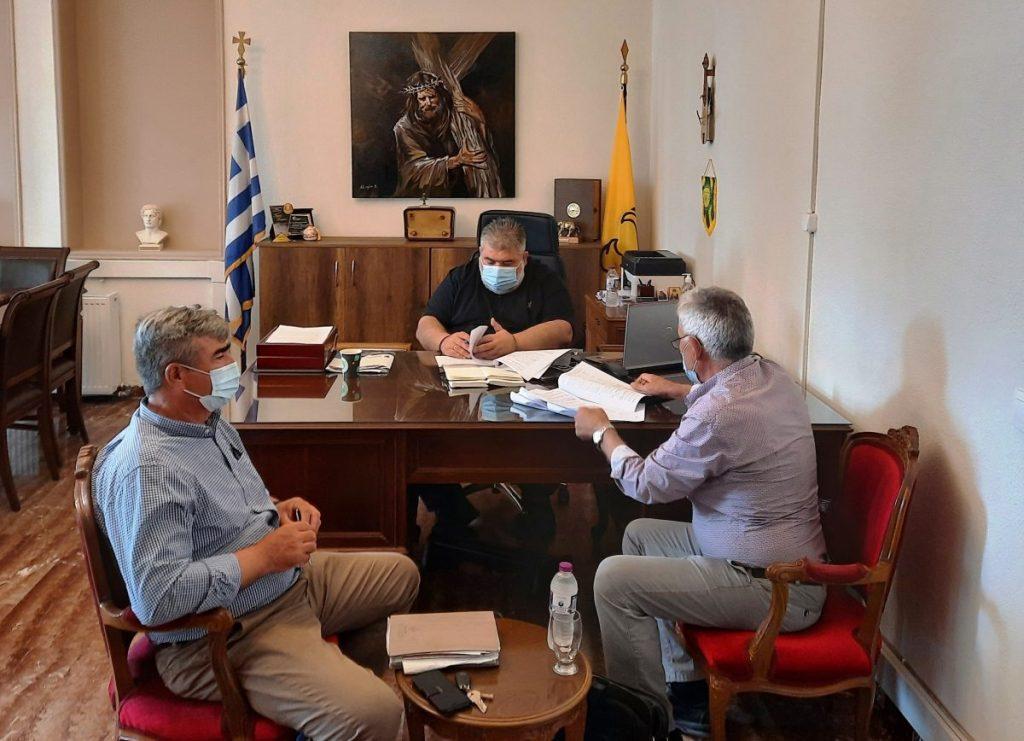 Υπογραφή σύμβασης για το έργο: «Ασφαλτοστρώσεις δρόμων Κοινοτήτων Δήμου Εορδαίας». Σύμβαση για την εκτέλεση του έργου : «Ασφαλτοστρώσεις δρόμων Κοινοτήτων Δήμου Εορδαίας», προϋπολογισμού 600.000,00 ευρώ (με Φ.Π.Α.) και ποσού συμβατικού αντικειμένου 222.000,00 ευρώ (με ΦΠΑ), υπέγραψαν σήμερα το πρωί ο Δήμαρχος Εορδαίας Παναγιώτης Πλακεντάς και ο νόμιμος εκπρόσωπος της αναδόχου εταιρείας «ΔΕΛΗΒΑΝΗΣ Α.Τ.Ε.Β.Ε.» Βασίλης Δεληβάνης. Στην υπογραφή της σύμβασης παραβρέθηκε ο Αντιδήμαρχος Τεχνικών Έργων, Πολεοδομίας & Προγραμματισμού Ευρωπαϊκών Προγραμμάτων Νικόλαος Φουρκιώτης. Το συγκεκριμένο έργο έχει ως αντικείμενο όλες τις εργασίες ασφαλτόστρωσης ασφαλτικών ή ανασφάλτωτων οδοστρωμάτων των δρόμων των Κοινοτήτων του Δήμου Εορδαίας. Οι εργασίες προβλέπεται να ολοκληρωθούν σε 12 μήνες και η χρηματοδότηση του έργου γίνεται από πιστώσεις ΕΑΠ.