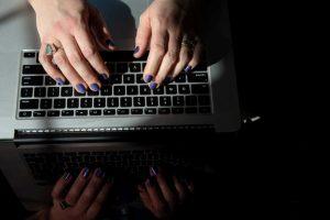 Διευρύνονται οι κατηγορίες τωνδικαιούχωντης «Ψηφιακής Μέριμνας», για ταvouchers200 ευρώ για laptop και tablet.