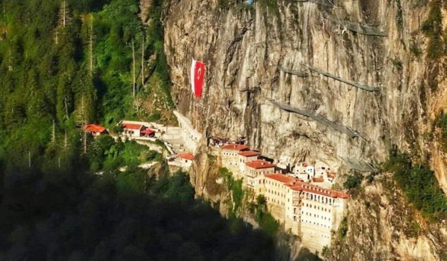 Μετά την Αγιά Σοφιά βεβήλωσαν και την Παναγία Σουμελά: Την γέμισαν… τουρκικές σημαίες!