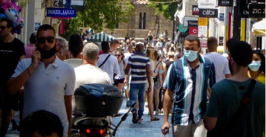 Το «μπαλάκι» με τη μάσκα: «Να επανέλθει η χρήση της σε όλους τους χώρους» λέει η Λινού