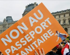 «Μακρόν παραιτήσου»! Κολοσσιαίες διαδηλώσεις στη Γαλλία για το ψηφιακό πιστοποιητικό υγείας
