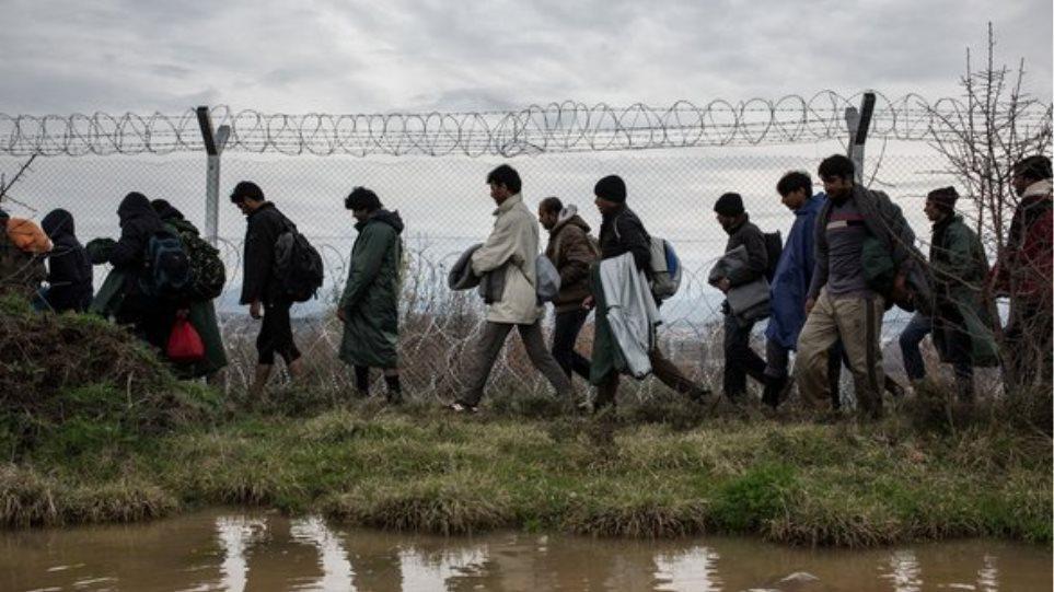 «Συναγερμός» στον Έβρο: Εκατοντάδες μετανάστες περνούν στην Ελλάδα (βίντεο)