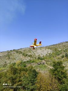 EORDAIALIVE.COM: Έφτασαν και τα αεροπλάνα τυπου (καναντερ )για την κατασβεστη της πυρκαγιάς στο πεδίο βολής Μεσοβούνου Εορδαίας (φωτο