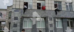 Πανικός στην Ρωσία: Φοιτητές πηδούν από τα παράθυρα για να γλιτώσουν από πυροβολισμούς ενόπλου (βίντεο)