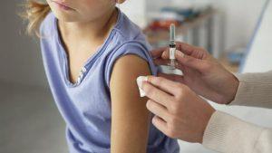 Με το νέο έτος και συγκεκριμένα τον Ιανουάριο του 2022 είναι πιθανό να ξεκινήσει ο εμβολιασμός των παιδιών από 5 έως 12 ετών, αφού τότε αναμένεται να δώσει το «πράσινο φως» ο Ευρωπαϊκός Οργανισμός Φαρμάκων (ΕΜΑ) για τη χορήγησή του σε παιδιά αυτής της ηλικίας. Σύμφωνα με πληροφορίες, που μεταδίδει το Star, η Pfizer αναμένεται να καταθέσει τη σχετική αίτηση στον ΕΜΑ στις αρχές Δεκεμβρίου, με την κυβέρνηση να είναι να αποφασισμένη να προχωρήσει με τους εμβολιασμούς, μόλις ο Οργανισμός δώσει τη σχετική άδεια. Να σημειωθεί πως οι ηλικίες αυτές αποτελούν «κλειδί» και για τη λειτουργία των σχολείων, που ξεκίνησαν ήδη τη δια ζώσης εκπαίδευση. Άλλωστε, η επιστροφή των μαθητών στα θρανία και τα ανοικτά σχολεία αποτελεί μεγάλο στοίχημα για την κυβέρνηση και το υπουργείο Παιδείας. Σε αυτό το πλαίσιο, έχοντας ως προτεραιότητα την υγεία των παιδιών, είναι σαφές ότι η κυβέρνηση θα προχωρήσει στον εμβολιασμό τους από τη στιγμή που ο Ευρωπαϊκός Οργανισμός Φαρμάκων εγκρίνει την κυκλοφορία του «παιδιού εμβολίου». Ήδη, η Pfizer «τρέχει» τις κλινικές δοκιμές και ετοιμάζεται να καταθέσει τον φάκελό της. Το σκεύασμα θα είναι το ίδιο με το εμβόλιο, που ήδη χρησιμοποιείται, αλλά με χαμηλότερη δοσολογία. Ο φάκελος με όλα τα επιστημονικά δεδομένα της Pfizer αναμένεται να κατατεθεί προς το τέλος έτους. Αυτό σημαίνει πως, εάν όλα κυλήσουν ομαλά, τουλάχιστον από τις αρχές του 2022 τα παιδιά ηλικίας από 5 έως 12 ετών θα μπορούν να εμβολιαστούν. Οι εταιρείες δεν σταματούν εδώ, αφού σε δεύτερη φάση (και μάλιστα άμεσα) θα προχωρήσουν στην Παρασκευή εμβολίου για ηλικίες μικρότερες των 5 ετών. Εταιρείες, όπως η Pfizer, ήδη κάνουν έρευνες για εμβόλια, που θα αφορούν βρέφη 6 μηνών και παιδιά ηλικίας έως 4 ετών. Είναι, πλέον, ξεκάθαρο πως το εμβόλιο κατά του κορoνaϊού σε σύντομο χρονικό διάστημα θα αφορά όλες τις ηλικίες, ενώ όπως όλα δείχνουν, θα λάβει οριστική έγκριση και στην Ευρώπη. Ποιες χώρες πατούν γκάζι στον εμβολιασμό παιδιών Η μια μετά την άλλη, κυβερνήσεις -ευρωπαϊκές και μη- επεκτείνουν το ε