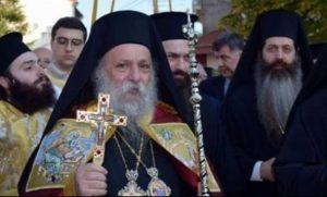 Ο Μητροπολίτης Γρεβενών κατέβαζε τις μάσκες των επισήμων για να φιλήσουν τον σταυρό
