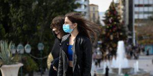 Λινού: Να επανεξεταστούν τα μέτρα χαλάρωσης για τους εμβολιασμένους – Ξανά μάσκες στους εξωτερικούς χώρους