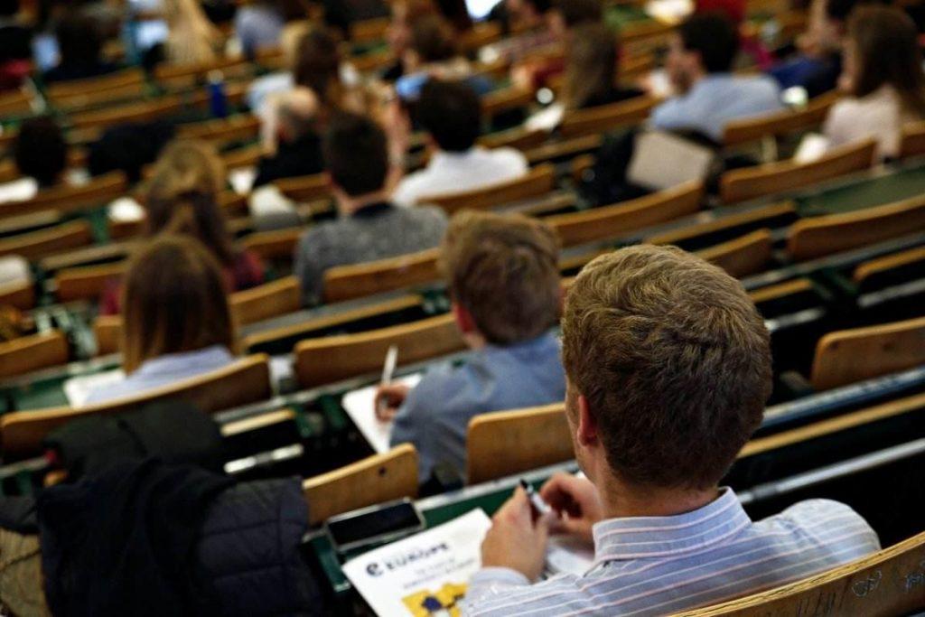Πανεπιστήμια: Eλεγκτές, απολυμαντές αέρα, plexiglass για καθηγητές αλλά και συνωστισμός στις αίθουσες