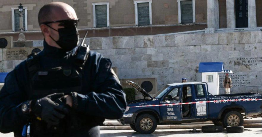 Τι ζητούσε από Μητσοτάκη και Σακελλαροπούλου ο αγρότης που απειλούσε να ανατιναχθεί έξω από τη Βουλή